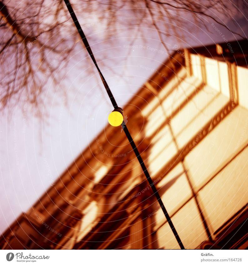Mir geht ein Licht auf Licht Stadt Baum gelb Fenster Gebäude Lampe rosa Fassade Energiewirtschaft Häusliches Leben Symbole & Metaphern Dekoration & Verzierung Kitsch Bauwerk Nachtleben