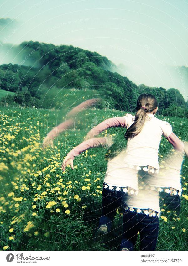 Flucht in den Sommer Mensch Kind Jugendliche Freude Wiese feminin Glück Feld Angst blond laufen rennen Fröhlichkeit Abenteuer fangen