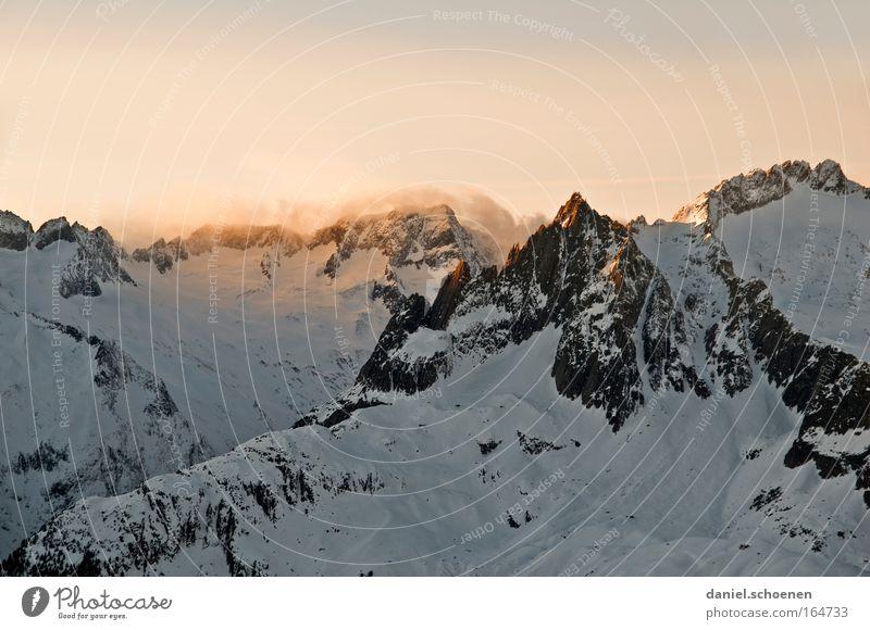 Alpenglühen Farbfoto mehrfarbig Außenaufnahme Textfreiraum oben Abend Dämmerung Licht Schatten Sonnenaufgang Sonnenuntergang Klettern Bergsteigen Natur