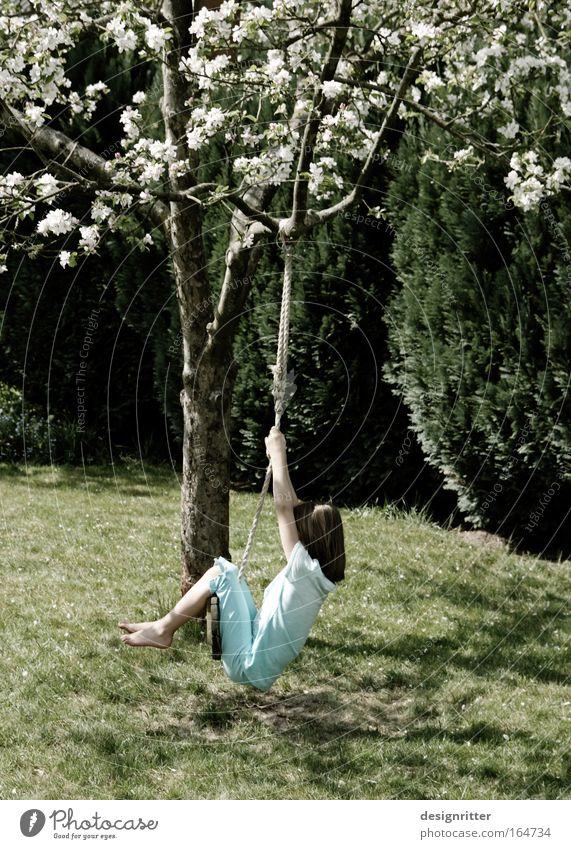 Rumhängen Kind Mädchen ruhig Erholung Spielen Gras Frühling Garten Freiheit Glück träumen Traurigkeit Zufriedenheit Wetter lernen