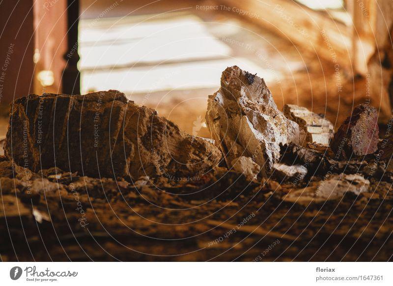 abendlicht im trümmerhaus Häusliches Leben Hausbau Renovieren Raum Dienstleistungsgewerbe Baustelle Ruine Mauer Wand Fenster Tür Stein Beton Holz ästhetisch