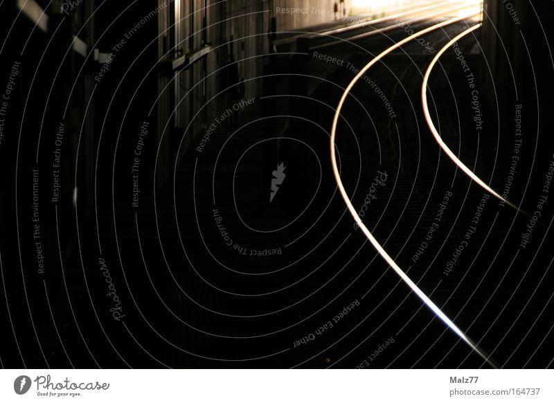 Auf der Flucht Graffiti Verkehr gefährlich Gleise Tunnel U-Bahn Verkehrswege Kurve Flucht Straßenbahn gekrümmt Öffentlicher Personennahverkehr Verfolgung Schienenverkehr Schienennetz