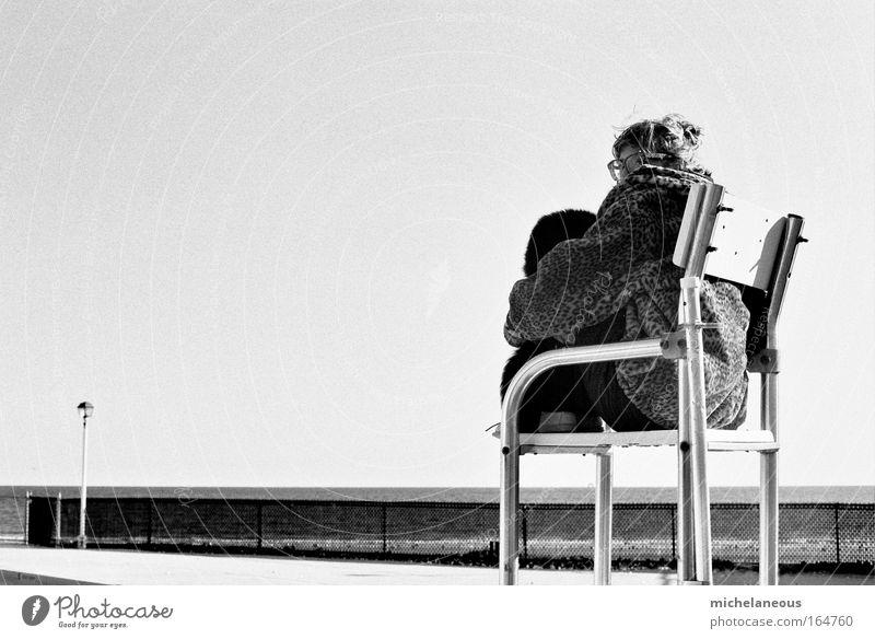 Bademistress Schwarzweißfoto Außenaufnahme Textfreiraum links Hintergrund neutral Morgen Morgendämmerung Tag Licht Sonnenlicht Totale Mensch Junge Frau