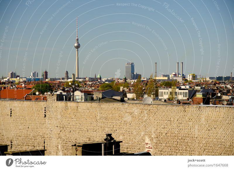 Berliner Brandwand mit Panorama über die Stadt Wolkenloser Himmel Schönes Wetter Wärme Neukölln Hauptstadt Stadtzentrum Haus Architektur Wand Fassade