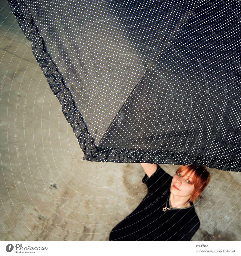 [DD|Apr|09] schirmante junge fru Mensch Jugendliche Erwachsene feminin Regen Wetter Fröhlichkeit Schutz 18-30 Jahre Regenschirm Sonnenschirm Schirm Junge Frau