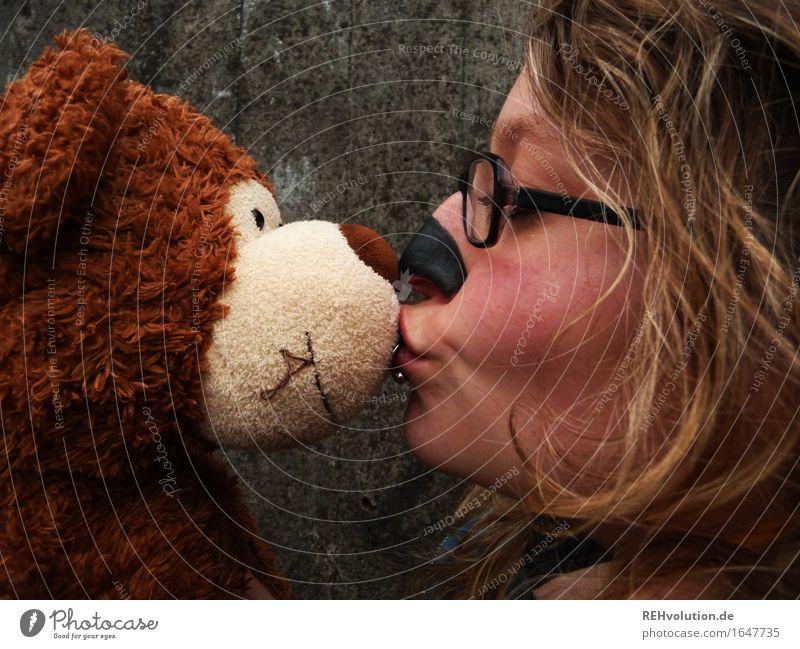 Bärenliebe Mensch feminin Junge Frau Jugendliche Gesicht 1 18-30 Jahre Erwachsene Küssen außergewöhnlich frei Freundlichkeit verrückt braun grau Freude Liebe