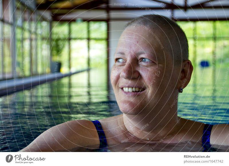 susi wasserratte Sport Wassersport Schwimmen & Baden Schwimmbad Mensch feminin Frau Erwachsene Kopf Gesicht 1 30-45 Jahre Glatze Lächeln außergewöhnlich