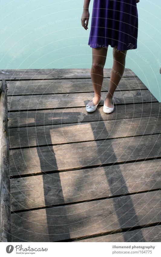 Am See Frau Mensch Jugendliche Wasser Sommer feminin Stil Fuß See Schuhe Beine Zufriedenheit Stimmung Küste Wellen Erwachsene