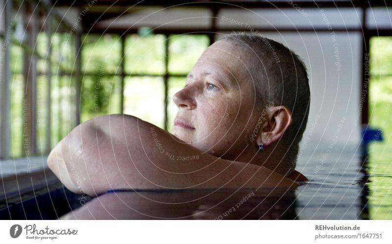 Ausblick Mensch Frau Erholung Einsamkeit ruhig Freude Gesicht Erwachsene feminin Gesundheit Glück Schwimmen & Baden Gesundheitswesen Zufriedenheit