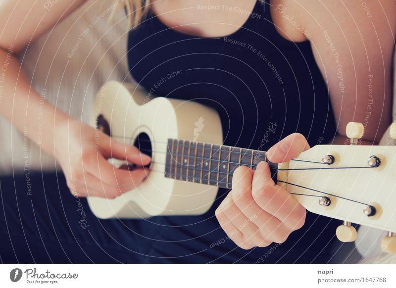 pling...pling... II Freizeit & Hobby feminin Junge Frau Jugendliche Hand 1 Mensch 13-18 Jahre 18-30 Jahre Erwachsene Musik Ukulele machen Spielen authentisch