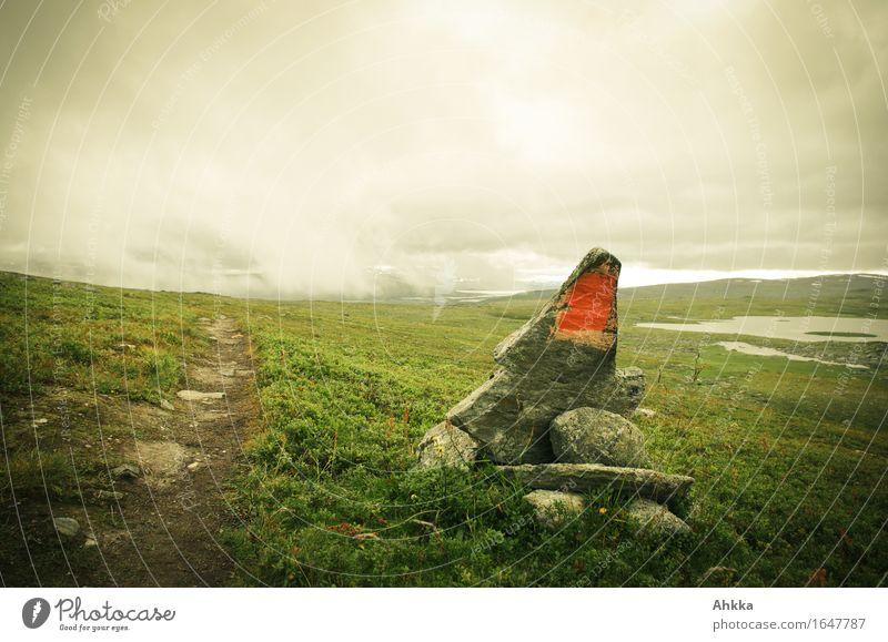 Wegmarkierung Berge u. Gebirge wandern Natur Landschaft schlechtes Wetter Nebel Regen Wiese Wege & Pfade Stein Zeichen Schilder & Markierungen braun grün
