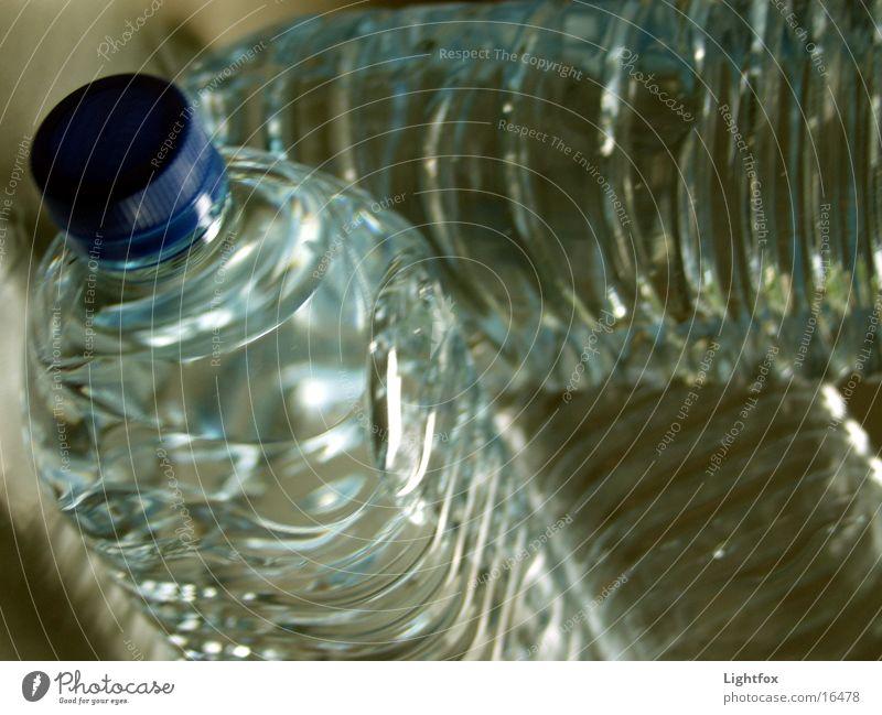 3 Wasser Durstlöscher Recycling Pfand Sauberkeit rein Erfrischung Dinge Klarheit Statue Flasche Makroaufnahme pet