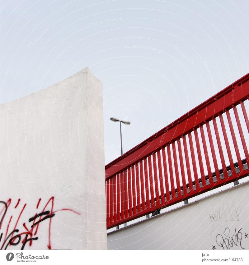 red rail Farbfoto Außenaufnahme Menschenleer Tag Licht Wolkenloser Himmel Brücke Bauwerk Mauer Wand Straßenbeleuchtung Geländer blau rot Stadtleben