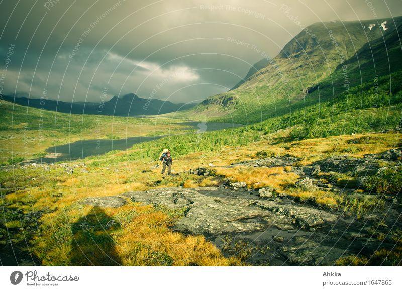 Sturm, Regen, Sonne, Regenbogen Ferien & Urlaub & Reisen Abenteuer Berge u. Gebirge wandern 1 Mensch Schönes Wetter schlechtes Wetter Unwetter Wind wild