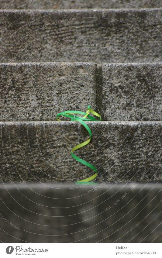 Treppenfall grün Einsamkeit gelb grau Party Stein Traurigkeit Stimmung Treppe Papier Streifen Dekoration & Verzierung Vergänglichkeit Sehnsucht Schnur Schleife