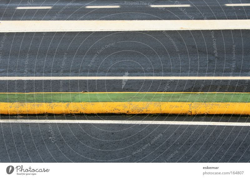 Straßenmarkierung weiß grün gelb Straße Freiheit grau Wege & Pfade Linie Schilder & Markierungen Verkehr ästhetisch Geschwindigkeit authentisch trist Streifen fahren