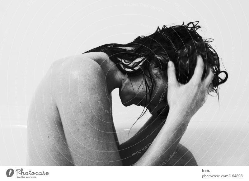 sich den Kopf waschen Schwarzweißfoto Innenaufnahme Hintergrund neutral Zentralperspektive Oberkörper Blick nach unten Mensch feminin Junge Frau Jugendliche