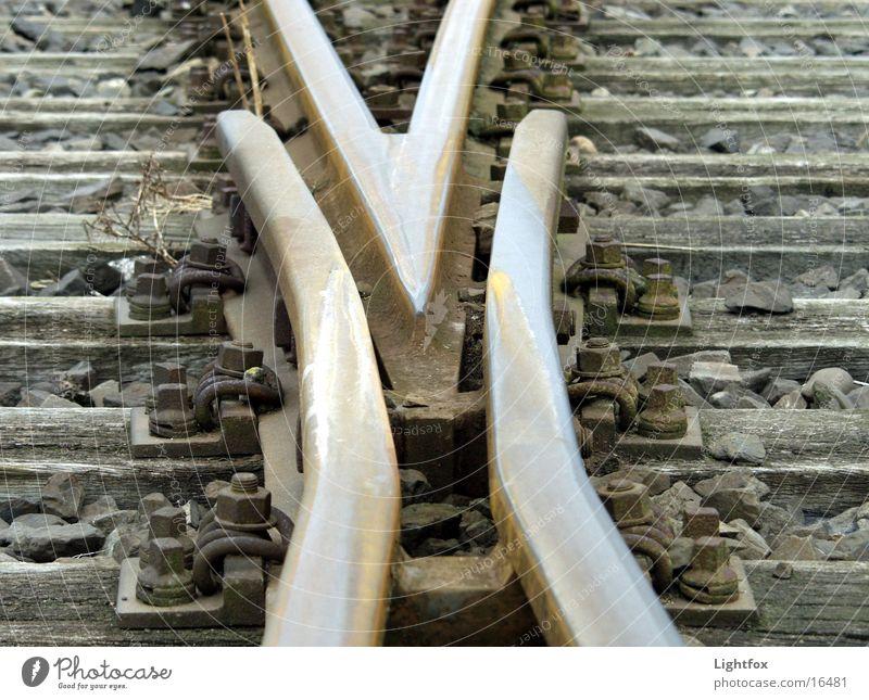 Gleise nicht laut Holz Metall Eisenbahn Industriefotografie Pfeil Richtung Rost Fragen Wegweiser Orientierung Weiche Balken wohin