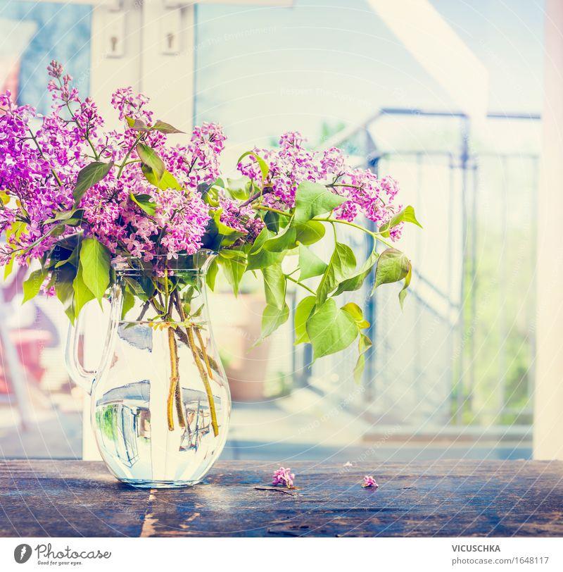 Flieder Blumstraß in Glas-Vase auf dem Fenster Natur Pflanze Sommer Blume Innenarchitektur Blüte Frühling Stil Lifestyle Garten Design Häusliches Leben