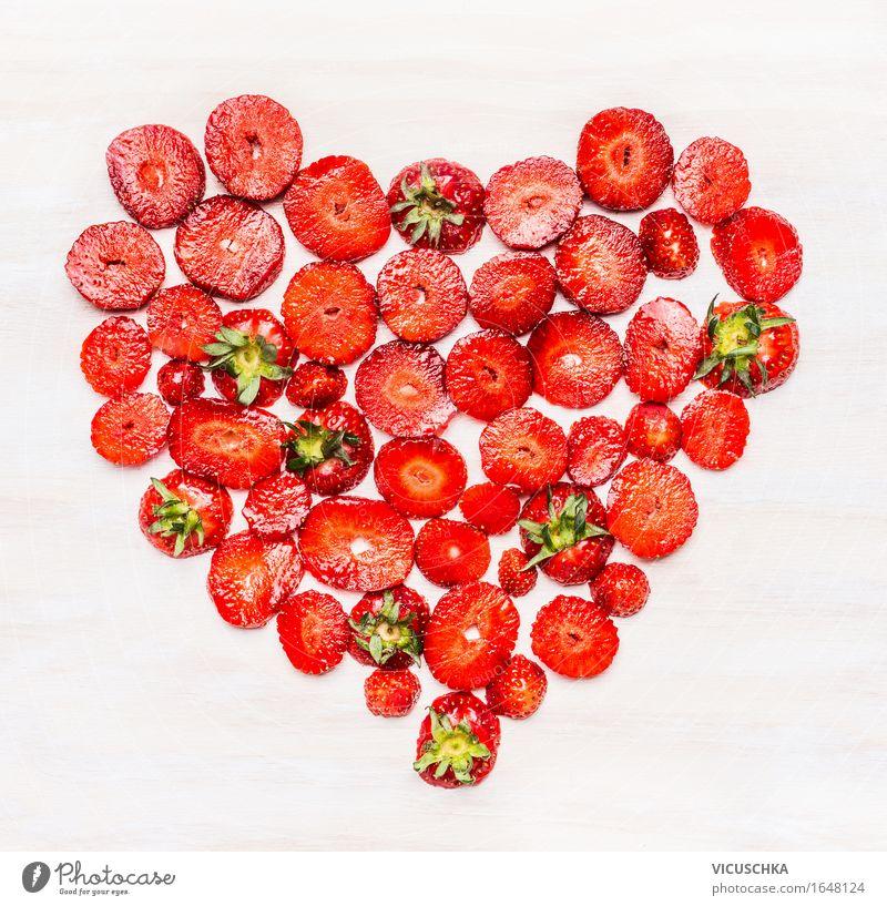 Herzform aus Erdbeeren in Scheiben geschnitten Lebensmittel Frucht Ernährung Frühstück Bioprodukte Vegetarische Ernährung Diät Stil Design Gesunde Ernährung