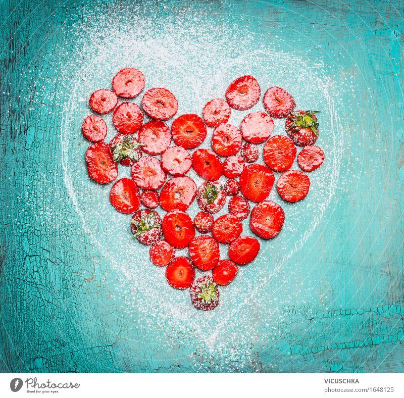 Geschnitten Erdbeeren in Herzform auf Türkisblau Lebensmittel Frucht Dessert Ernährung Frühstück Bioprodukte Vegetarische Ernährung Diät Stil Design
