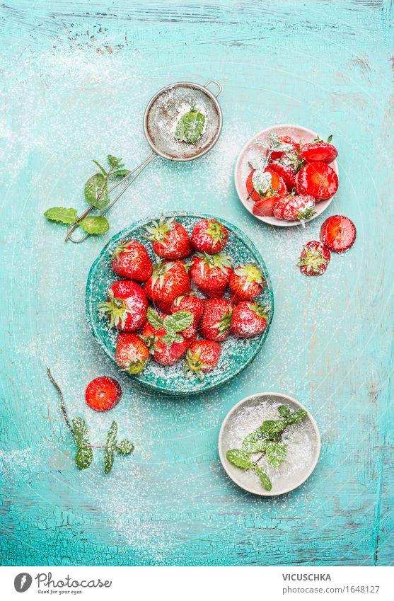 Erdbeeren serviert in der blauen Schüssel mit Minze Lebensmittel Frucht Dessert Süßwaren Ernährung Frühstück Bioprodukte Vegetarische Ernährung Diät Teller