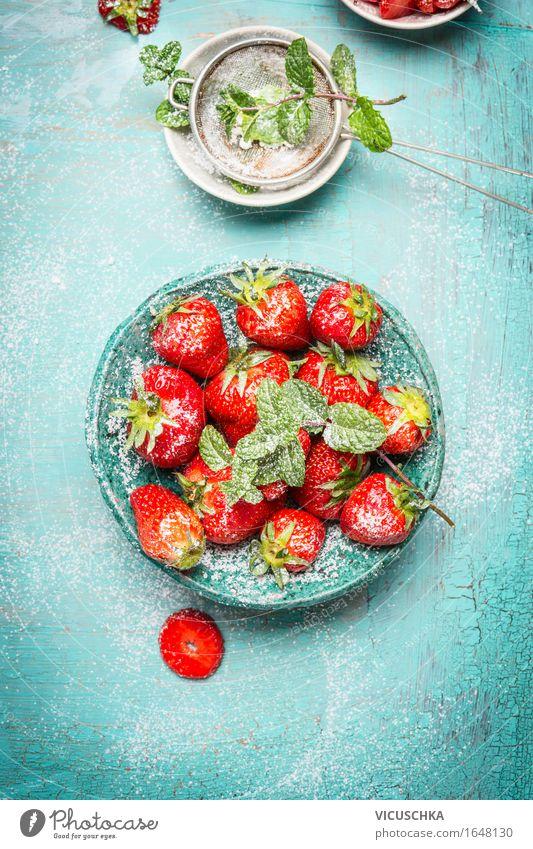 Erdbeeren mitSieb mit Puderzucker Sommer Gesunde Ernährung rot Leben Foodfotografie Stil Lebensmittel Design Frucht Häusliches Leben frisch Tisch süß lecker