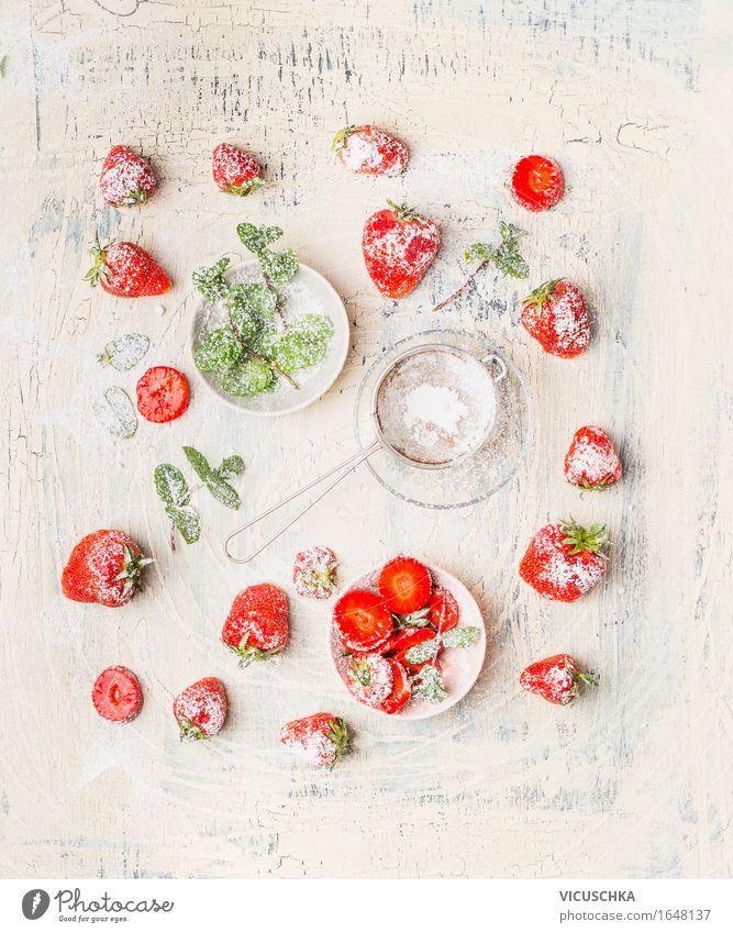 Erdbeeren , Puderzucker und Minzeblätter Lebensmittel Frucht Dessert Ernährung Frühstück Bioprodukte Vegetarische Ernährung Diät Teller Schalen & Schüsseln Stil