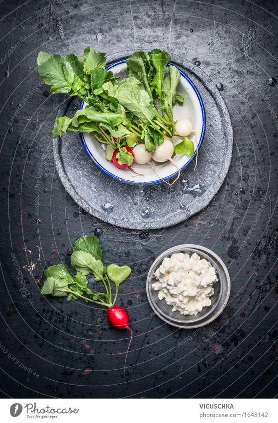 Saftige Radieschen mit Blättern und Kornfrischkäse Lebensmittel Käse Gemüse Salat Salatbeilage Ernährung Mittagessen Büffet Brunch Festessen Picknick