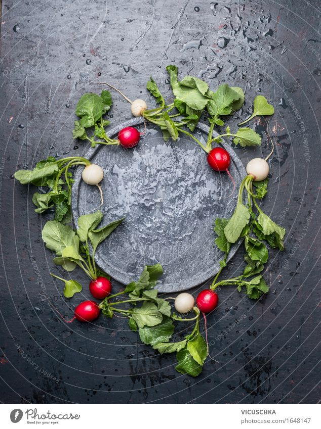 Hervorragende Radieschen mit Blättern um leere Schieferplatte Lebensmittel Gemüse Salat Salatbeilage Ernährung Bioprodukte Vegetarische Ernährung Diät Teller