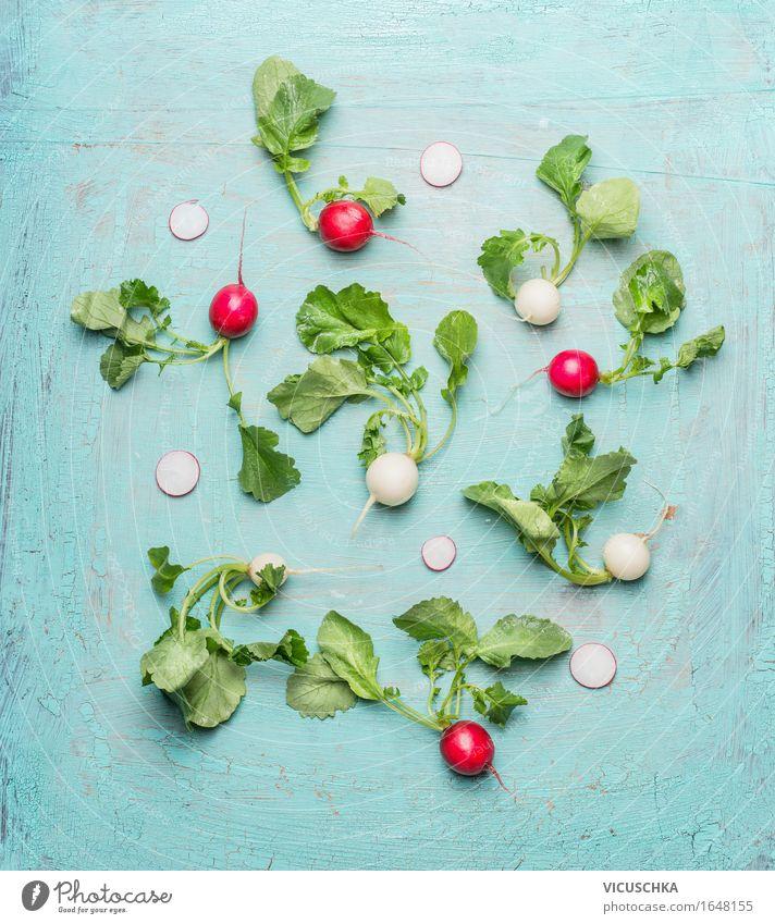 Weißen und roten Radieschen mit grünen Blättern Gemüse Salat Salatbeilage Ernährung Bioprodukte Vegetarische Ernährung Diät Lifestyle Stil Design