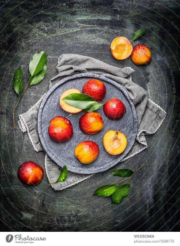 Halbiert Pfirsiche mit Blättern Lebensmittel Frucht Ernährung Bioprodukte Vegetarische Ernährung Geschirr Teller Stil Design Gesunde Ernährung Tisch Sommer