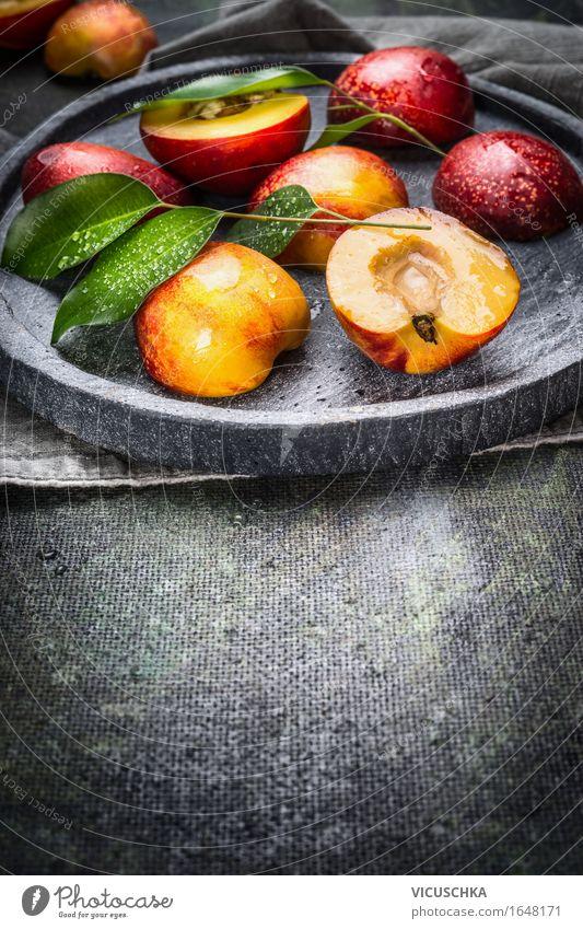 Frische Pfirsiche mit grünen Blättern auf Steinplatte Lebensmittel Frucht Dessert Ernährung Bioprodukte Vegetarische Ernährung Diät Saft Teller Stil Design