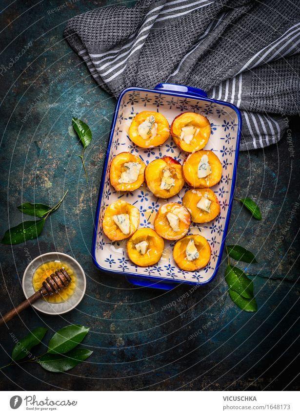 Pfirsiche mit Käse und Honig in der Backform Sommer Gesunde Ernährung dunkel Leben Speise Essen Foodfotografie Stil Lebensmittel Design Frucht Häusliches Leben