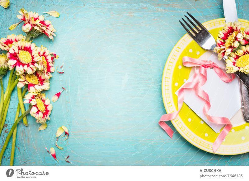 Schöne Tisch Gedeck mit Blumen, Teller , Besteck und Papierkarte Sommer Innenarchitektur Stil Feste & Feiern Party rosa Design Wohnung Häusliches Leben elegant