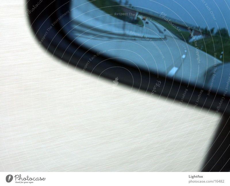 Rücksicht beim Autofahrn Straße PKW Beton Verkehr Geschwindigkeit fahren Spiegel Autobahn rückwärts Mitgefühl Verkehrsschild Rückspiegel Autobahnschild
