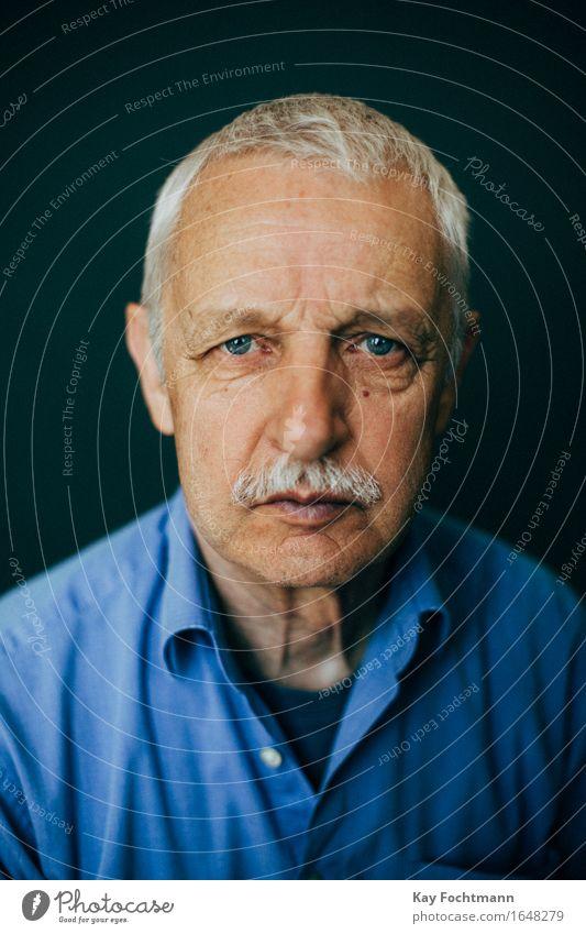° Mensch maskulin Männlicher Senior Mann Großvater Leben 1 60 und älter Hemd weißhaarig kurzhaarig alt beobachten Blick bedrohlich blau Gefühle selbstbewußt