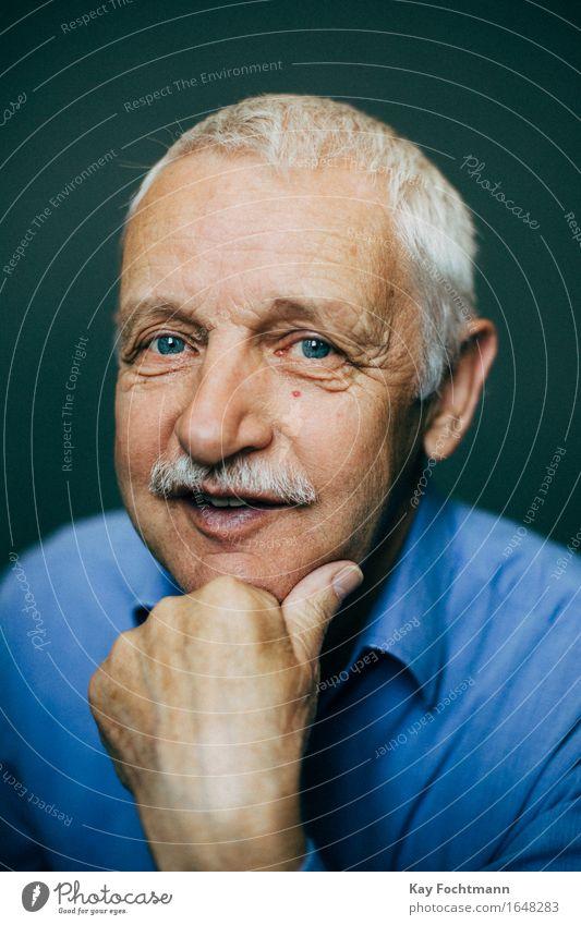 Smiling old man with white hair Freude Seniorenpflege Leben Wohlgefühl Zufriedenheit Mensch maskulin Männlicher Senior Mann Großvater 1 60 und älter Hemd