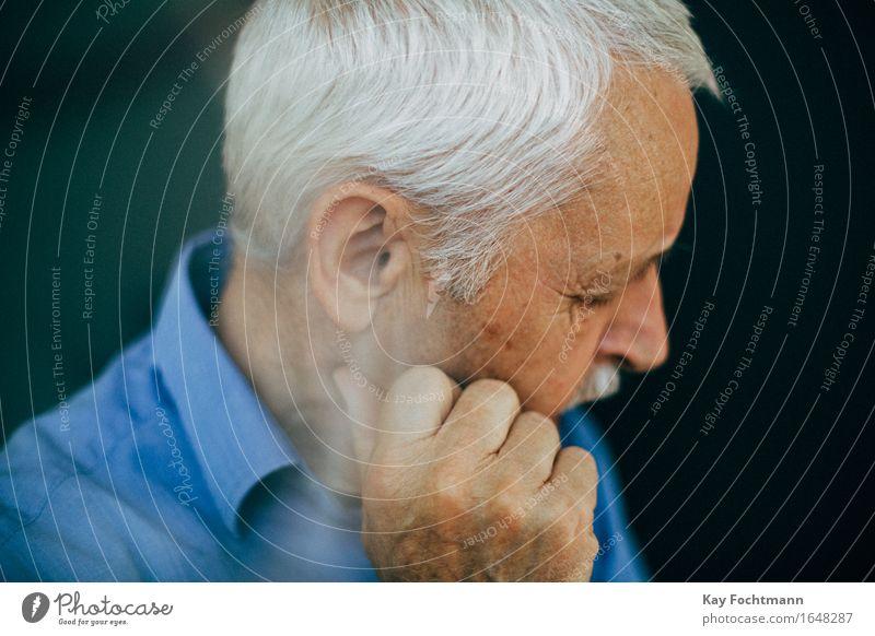 nachdenklicher alter Mann mit weißem Haar maskulin Männlicher Senior Großvater Leben 1 Mensch 60 und älter Hemd weißhaarig kurzhaarig Denken Traurigkeit blau