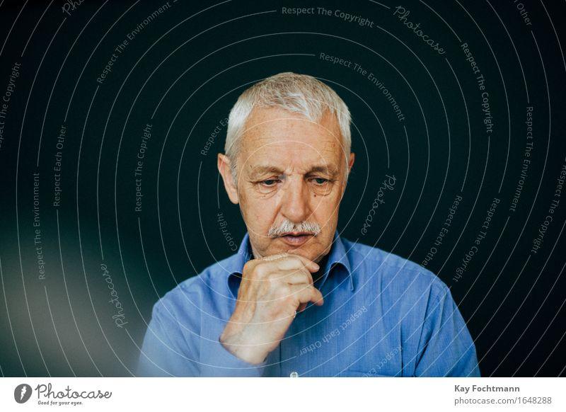 nachdenklicher alter Mann mit weißem Haar Mensch maskulin Männlicher Senior Großvater Leben 1 60 und älter Hemd weißhaarig kurzhaarig träumen Traurigkeit blau