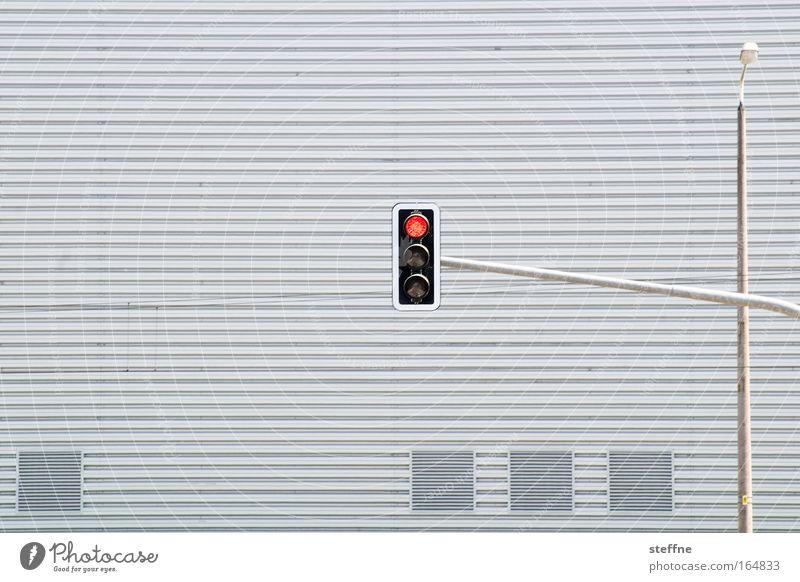 STOP Stadt warten Straßenverkehr Verkehr Fassade Laterne Autofahren Ampel Ärger Personenverkehr Verkehrsstau Laternenpfahl Belüftungsfenster Industriebau