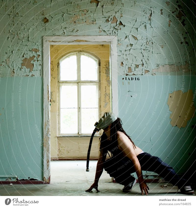 DUCK AND COVER Mensch Mann Erwachsene Fenster Wand Architektur Haare & Frisuren Gebäude Mauer Tür Arme Haut maskulin beobachten 18-30 Jahre verfallen