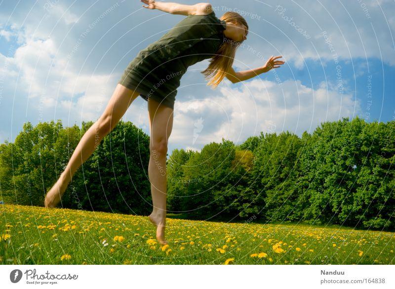 Nimm mich mit, Sommer Mensch Jugendliche blau grün Erwachsene gelb Wiese feminin Leben Junge Frau Tanzen 18-30 Jahre fliegen Kleid dünn