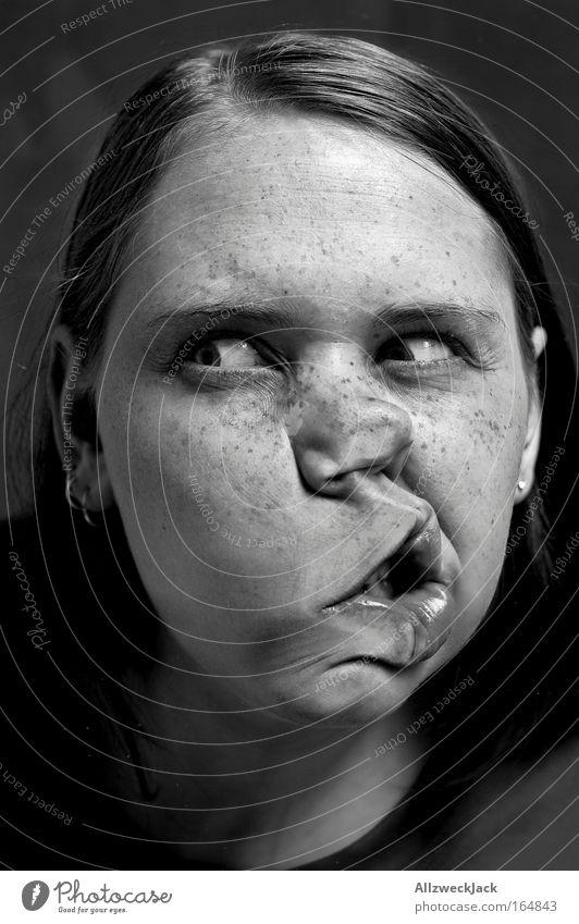 Gesichtsentgleisung Schwarzweißfoto Innenaufnahme Detailaufnahme Blitzlichtaufnahme Porträt Oberkörper Vorderansicht Wegsehen Junge Frau Jugendliche Kopf 1