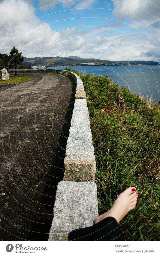 Pause Ferien & Urlaub & Reisen Wasser Meer Erholung Landschaft ruhig Straße Wege & Pfade Gras feminin Küste Horizont Verkehr wandern authentisch Pause