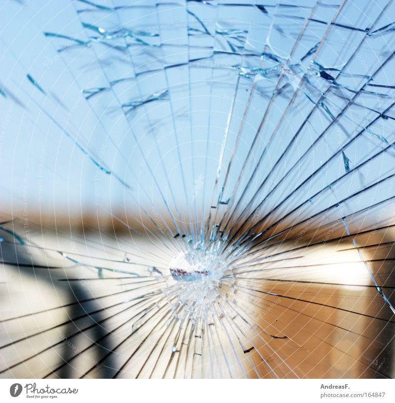 1. Mai Farbfoto Außenaufnahme Detailaufnahme Menschenleer Zentralperspektive Stadtrand Fenster Tür Glas kaputt rebellisch Wut chaotisch Demonstration Scheibe