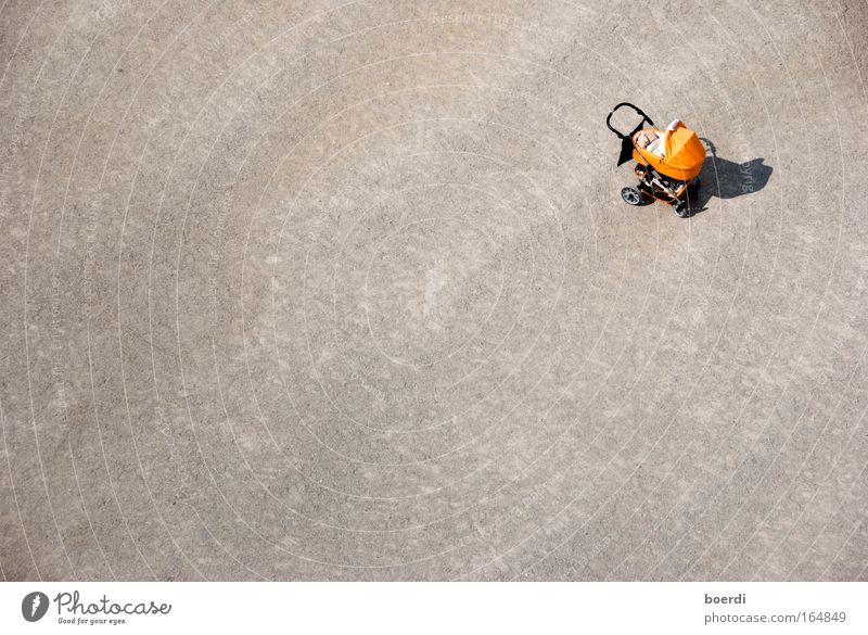 aLlein Mensch Einsamkeit Sand klein orange Kindheit frei verloren verlieren finden Luftaufnahme vermissen Kinderwagen