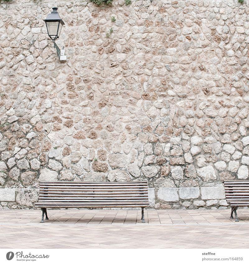 500 or A Rolling Stone Gathers No Moss ruhig Erholung Menschenleer Mauer Pause Bank Dorf Idylle Laterne mediterran Altstadt