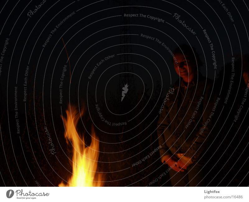 by night Frau Mensch Hand Freude dunkel lachen Wärme Brand Romantik Flamme