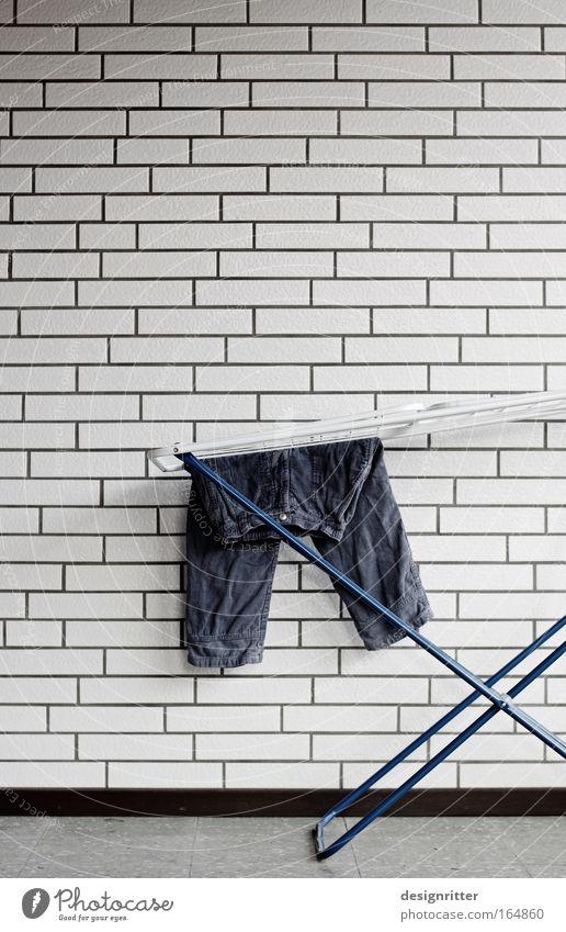 Starker Auftritt Haus Wand Mauer Kindheit Arbeit & Erwerbstätigkeit Kraft Wohnung stehen Häusliches Leben Sauberkeit trocken Hose stark Müdigkeit hängen Wäsche waschen